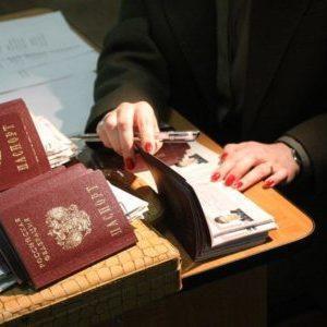 Имеет ли право паспортист отказывать в выписке при наличии долга