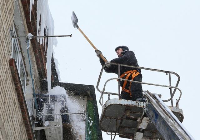 Кто должен убирать сосульки с крыш многоквартирных домов