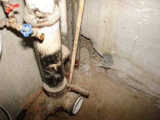 Кто ремонтирует канализационный стояк в многоквартирном доме