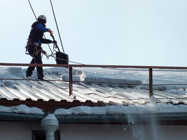 Должны ли чистить крышу управляющая компания